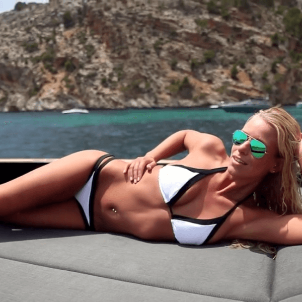 Playmate Sina Bachor beim Foto-Shooting vor der Côte d'Azur. (Screenshot)