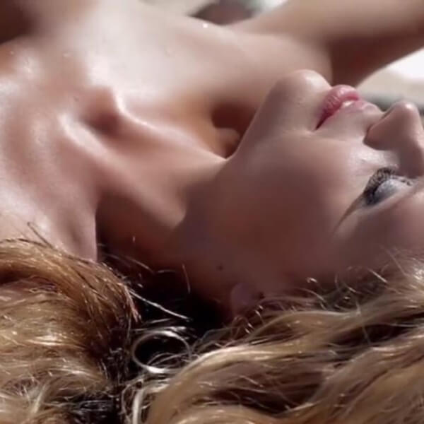 Playmate Hester Winkel liebt den Sex im Bett